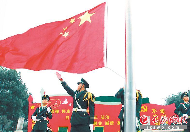 10月8日是国庆长假后上班第一天,长沙市直机关举行庄严的升国旗仪式,庆祝中华人民共和国成立70周年。长沙晚报全媒体记者周柏平 摄