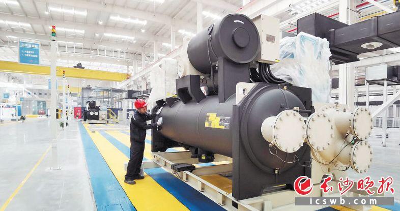 """格力电器(长沙)大型中央空调项目按照""""绿色工厂、智能工厂""""的高标准建设,主要生产自主创新研发的大型中央空调机组,产品销售覆盖华中、西南、西北等地区。格力电器看好长沙良好的营商环境,将持续加大长沙基地投资,打造集家用空调、商用空调、冰箱、洗衣机、小家电、智能装备、模具为一体的营收规模过500亿元的全业态综合生产基地。长沙晚报全媒体记者 周柏平 摄"""