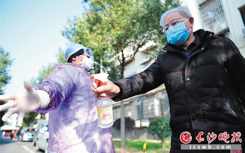 张运祥给村医妻子当司机,每天监测60多人次,就给她消毒60多次。                      长沙晚报通讯员 张迪 摄