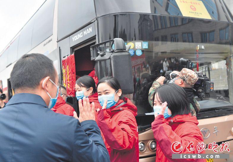 21日下午,长沙市首批援助武汉抗击新冠肺炎医疗队35名队员在市政府办公楼前坪举行出征仪式,随后,踏上奔赴武汉的征程。长沙晚报全媒体记者 邹麟 摄