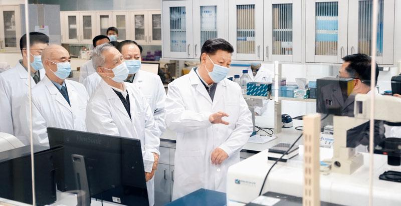 2020年3月2日,中共中央总书记、国家主席、中央军委主席习近平在北京考察新冠肺炎防控科研攻关工作。这是习近平在军事医学研究院重大疫情应急防控药物研究室了解疫苗和抗体研制情况。